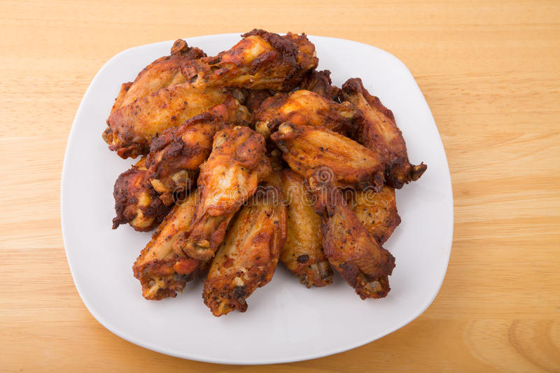 烤肉在白色板材的鸡翼 库存照片