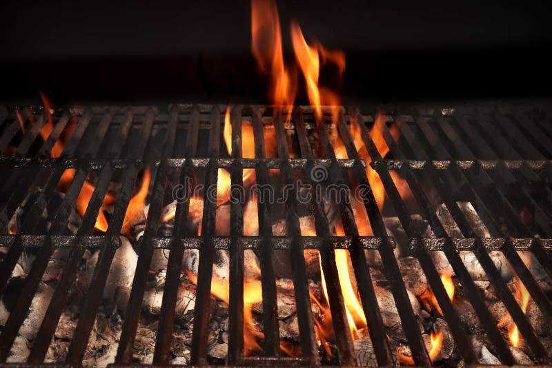 烤肉在黑背景隔绝的火格栅,特写镜头 免版税图库摄影