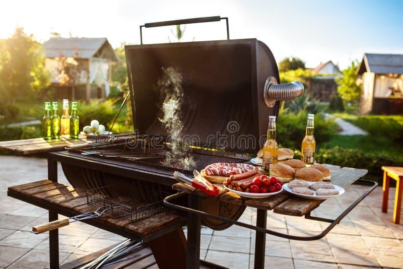 烤肉格栅党 在木书桌上的鲜美食物 免版税库存照片