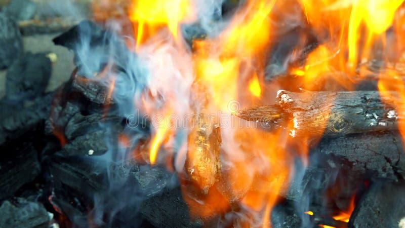 烤肉格栅火焰火木炭BBQ背景 免版税库存照片