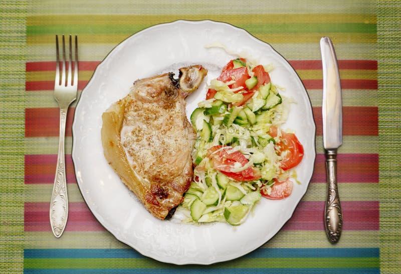 烤肉片断与一新鲜蔬菜装饰品的 免版税库存图片