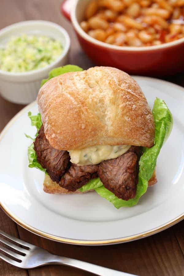 烤肉牛的胸部肉三明治 免版税库存图片