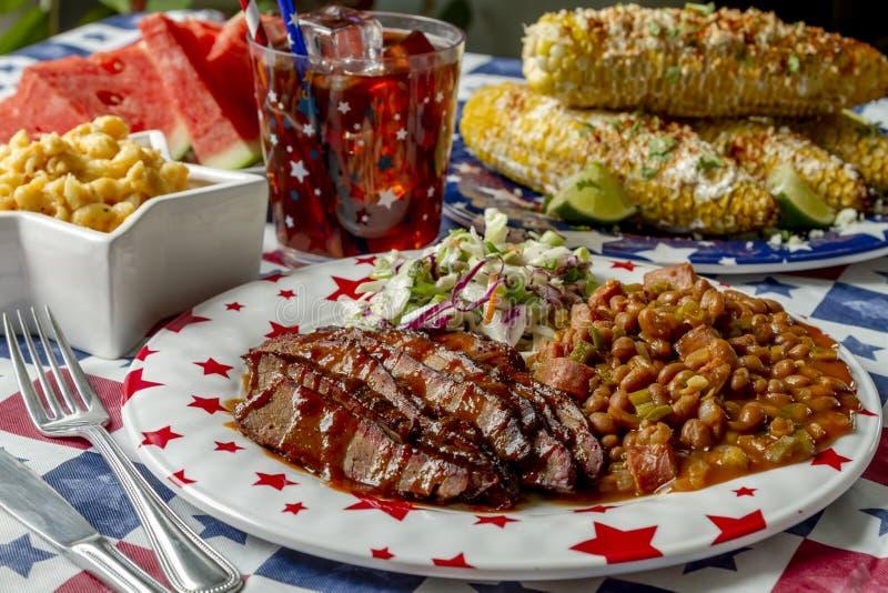 烤肉牛的胸部肉假日野餐桌 库存图片