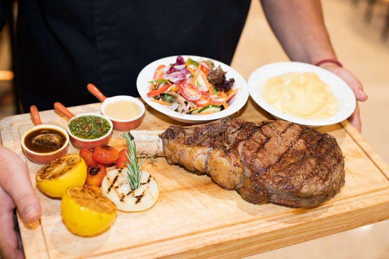烤肉牛肉,由首要性别的切片烘烤裂口  免版税库存照片