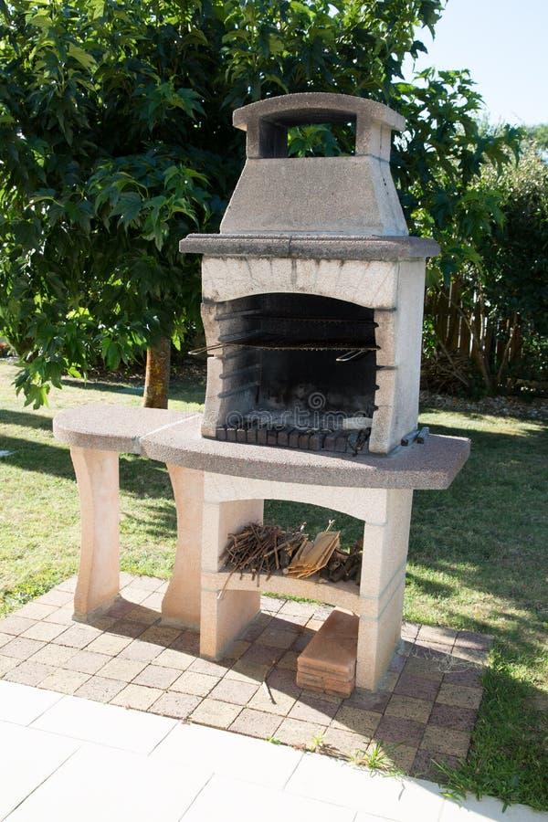 烤肉石砖壁炉露台地区 免版税库存照片