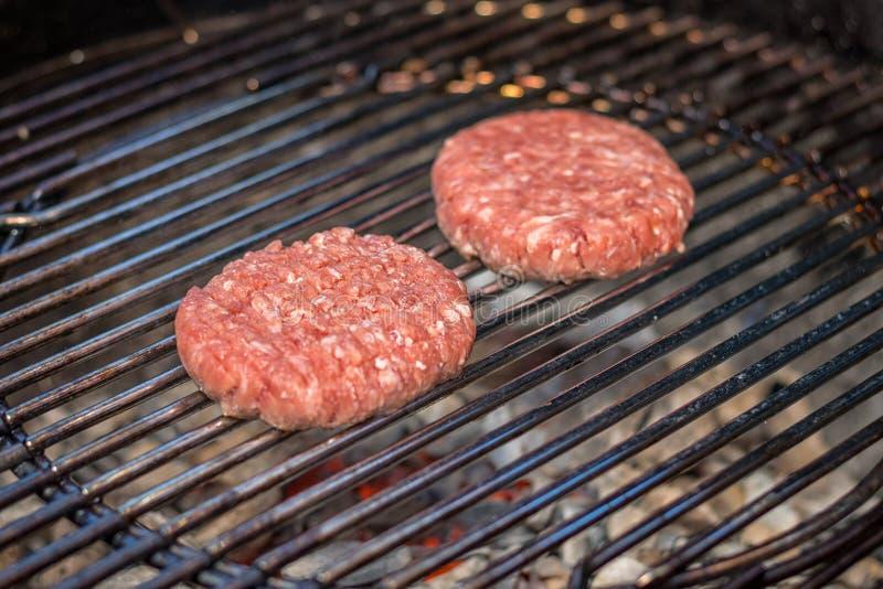 烤肉 — 在户外烤架上放两个汉堡 库存图片