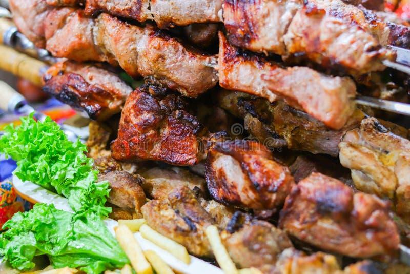 烤肉kebab在串的猪肉 公平街道的食物 库存照片