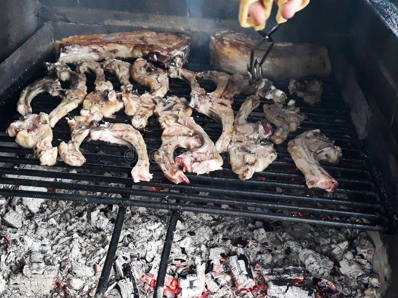 烤肋骨和烤肉在火,被烹调对炭烬 免版税库存图片
