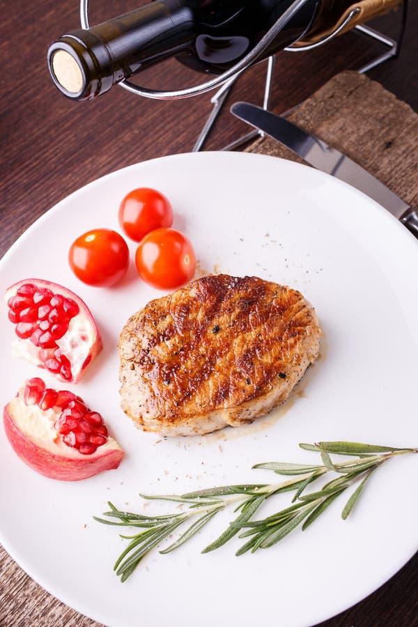 烤肋骨牛排用在白色盘的迷迭香 免版税库存图片