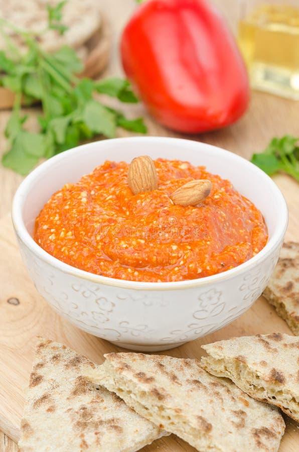 Download 烤胡椒垂度用杏仁和大蒜在碗垂直 库存照片. 图片 包括有 新鲜, 辣椒粉, 可口, 多士, pita, 苹果酱 - 30334300