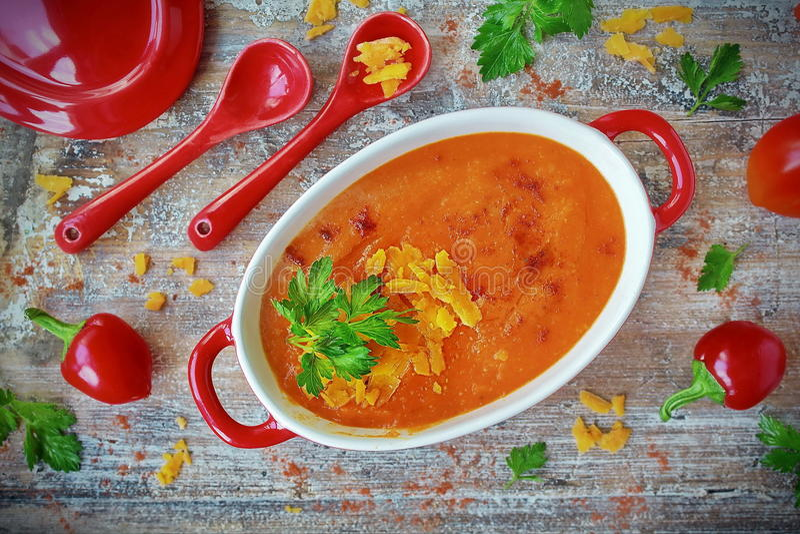 烤胡椒奶油色汤用荷兰芹和红色乳酪 免版税图库摄影