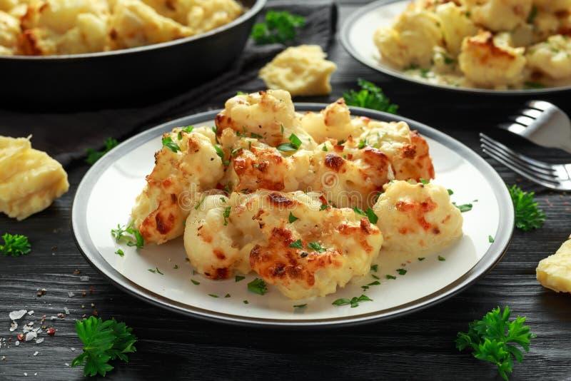 烤花椰菜用切达干酪调味汁和草本 免版税库存图片