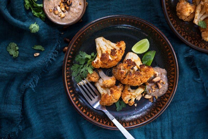 烤花椰菜用花生调味汁 图库摄影