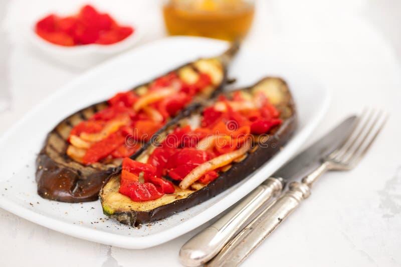 烤茄子用在白色盘的红辣椒 库存图片