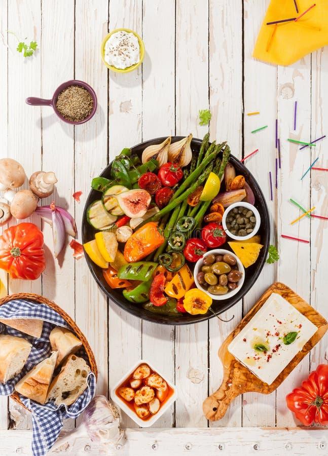 烤菜盛肉盘在野餐桌上的 免版税库存图片