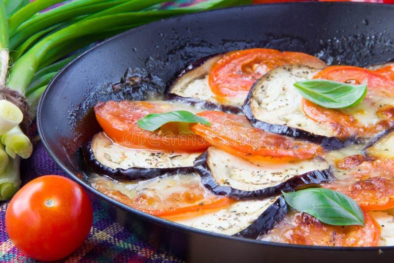 Download 烤蕃茄、茄子和乳酪在平底锅有蓬蒿的 库存图片. 图片 包括有 几内亚, 男低音, 新鲜, 油煎, 细菌学 - 30338681