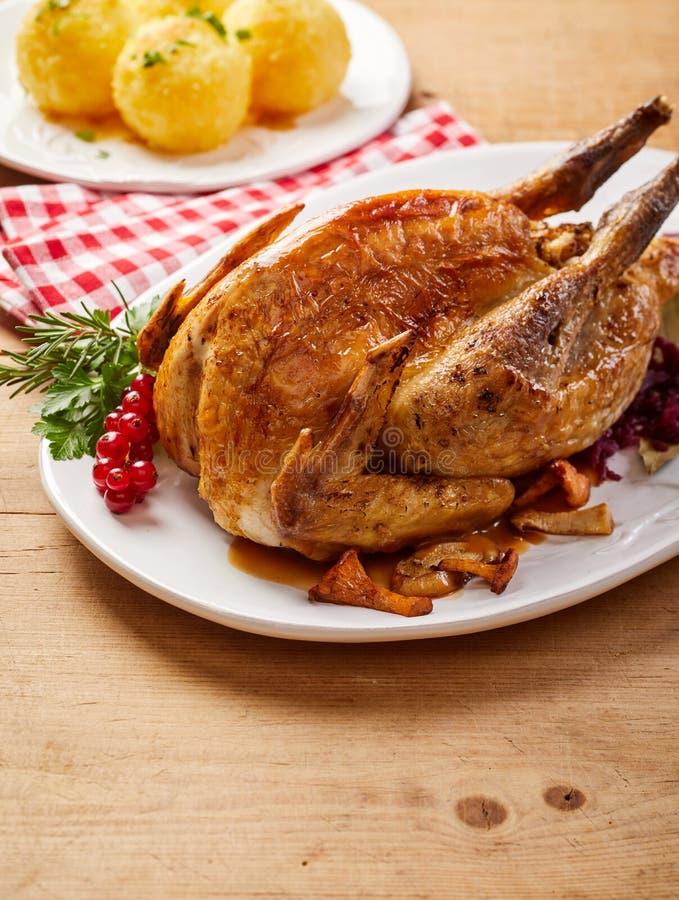 烤酥脆野鸡用红浆果 免版税库存图片