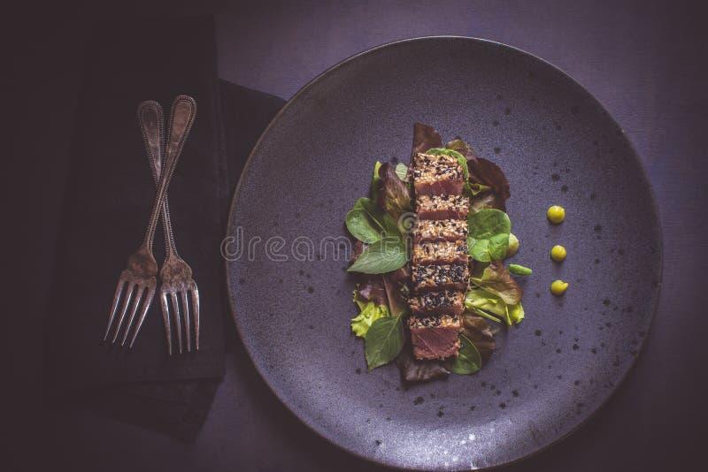 烤金枪鱼排用沙拉和山葵调味汁 库存照片