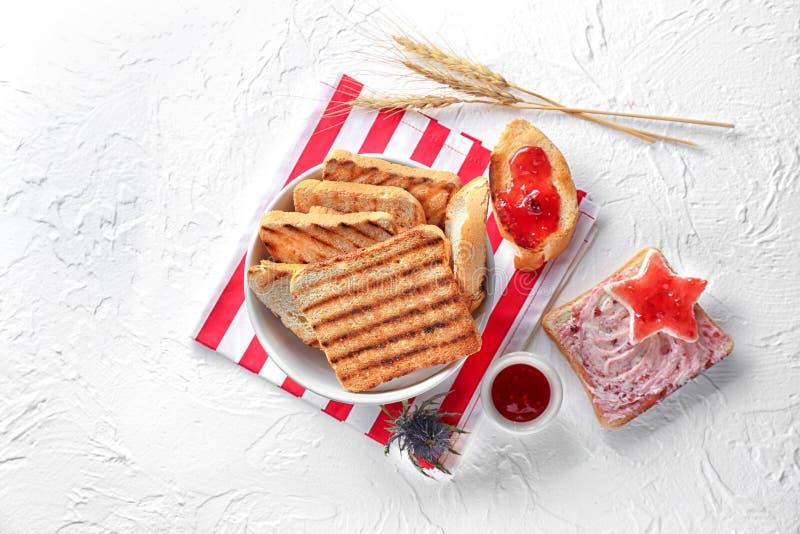 烤面包片用在轻的背景的果酱 库存照片
