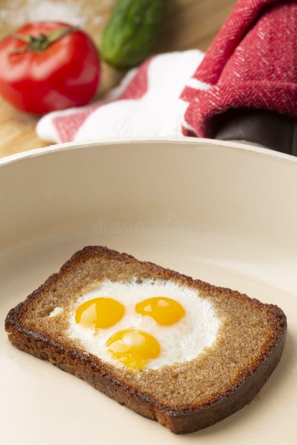烤面包片用油煎的鹌鹑蛋和新鲜蔬菜 免版税图库摄影