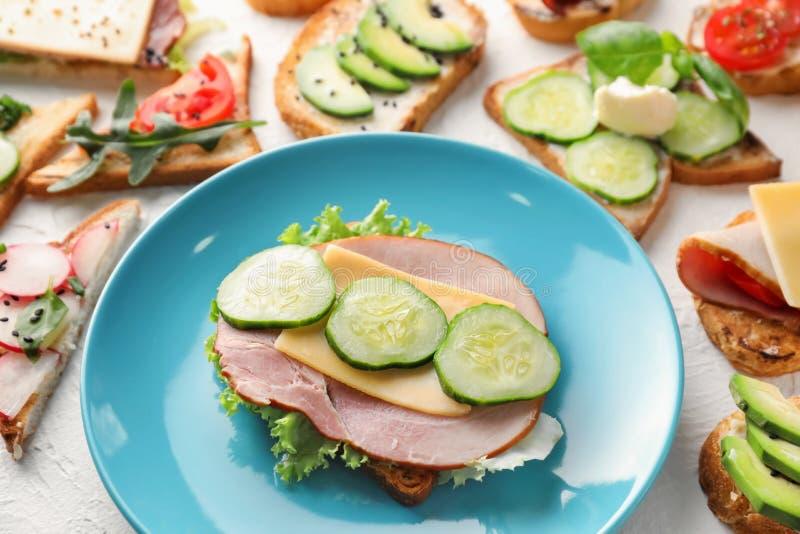 烤面包片用火腿和乳酪在板材 免版税库存照片
