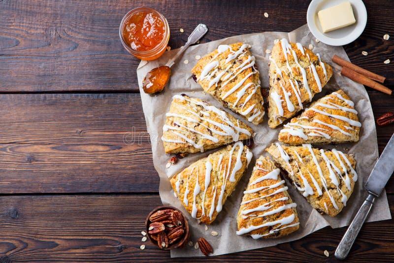 烤饼用燕麦、蔓越桔和山核桃果在木背景 顶视图 复制空间 图库摄影