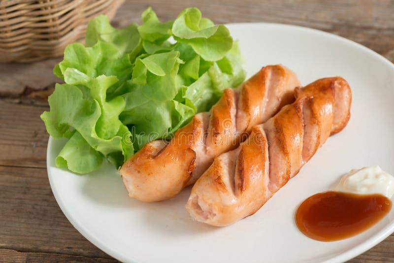 烤香肠和菜在板材 免版税库存照片