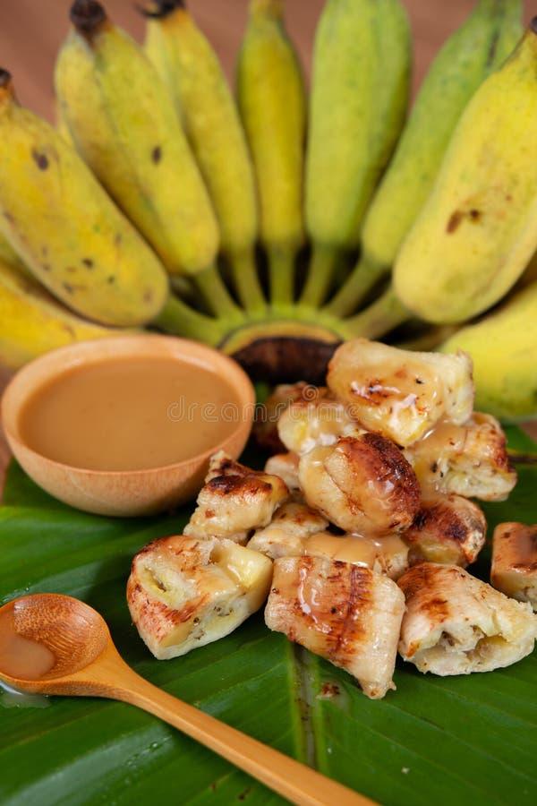 烤香蕉和椰奶调味汁 图库摄影