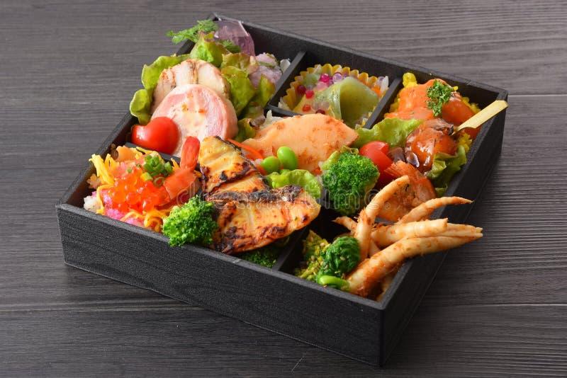 烤鱼,三文鱼鸡蛋,笋,萝卜Bento膳食, 免版税库存图片