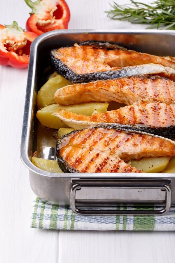 烤鲑鱼排用土豆 免版税库存照片
