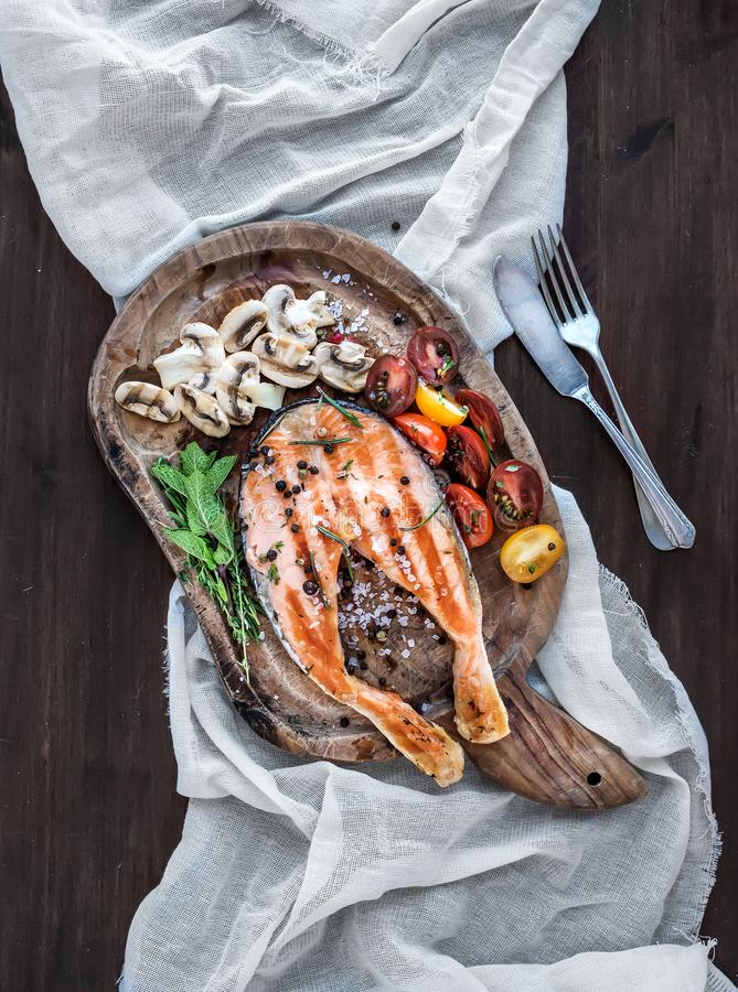 烤鲑鱼排用新鲜的草本,烤蘑菇,樱桃 库存照片