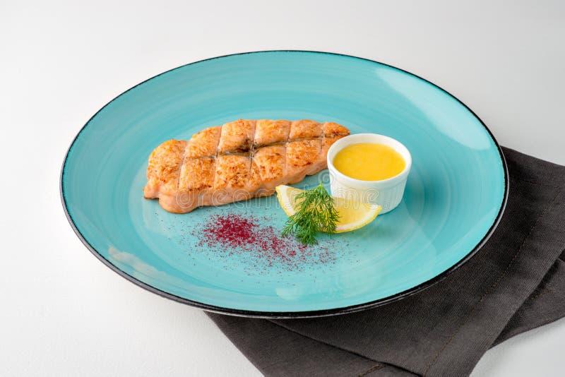 烤鲑鱼排用柠檬和调味汁 图库摄影