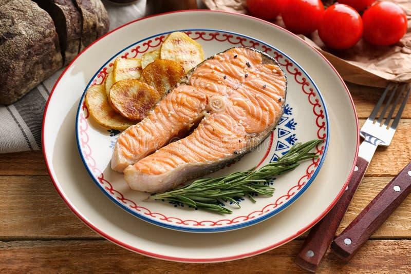 烤鲑鱼排用迷迭香和土豆 免版税库存图片