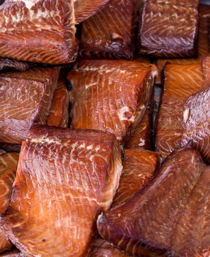 烤鲑鱼排被显示在农夫市场上 免版税库存照片