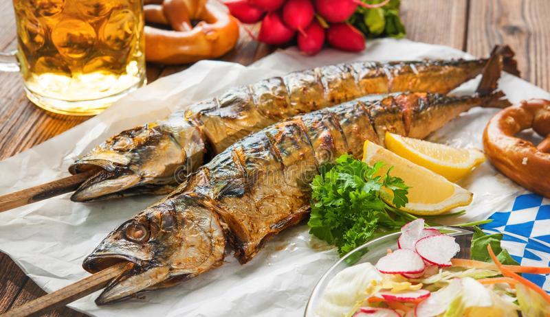 烤鲭鱼鱼用啤酒和椒盐脆饼 库存照片