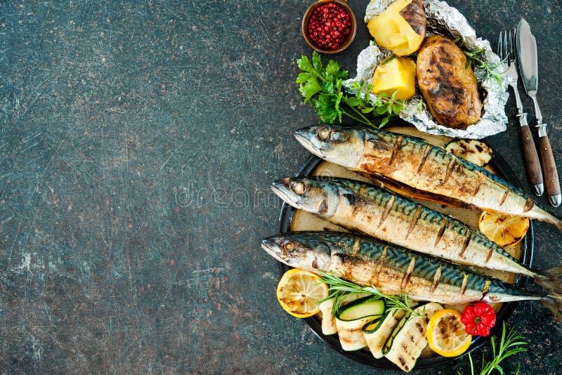 烤鲭鱼鱼用被烘烤的土豆 免版税库存照片
