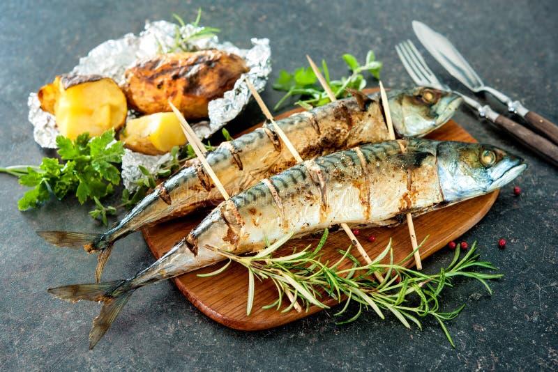 烤鲭鱼鱼用被烘烤的土豆 库存照片