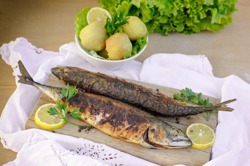烤鲭鱼(长凳竹刀鱼) -健康食物 免版税库存照片