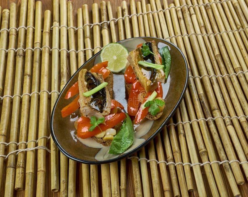烤鲭鱼w escalivada多士 免版税图库摄影