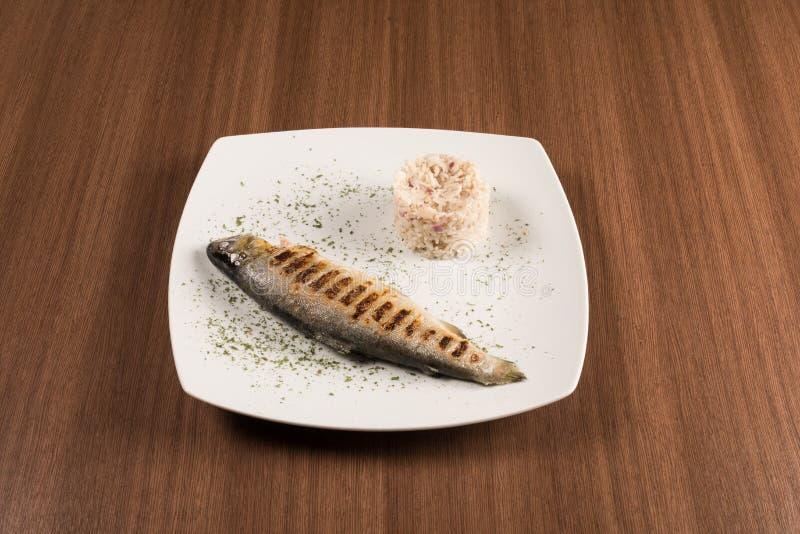 烤鳟鱼用米 免版税库存照片