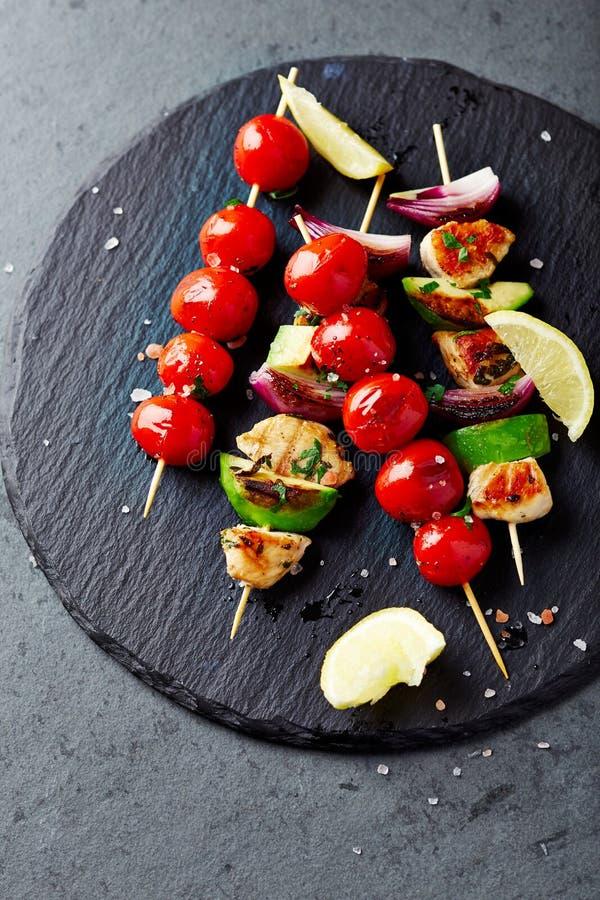 烤鸡、鲕梨、夏南瓜和西红柿串 库存图片