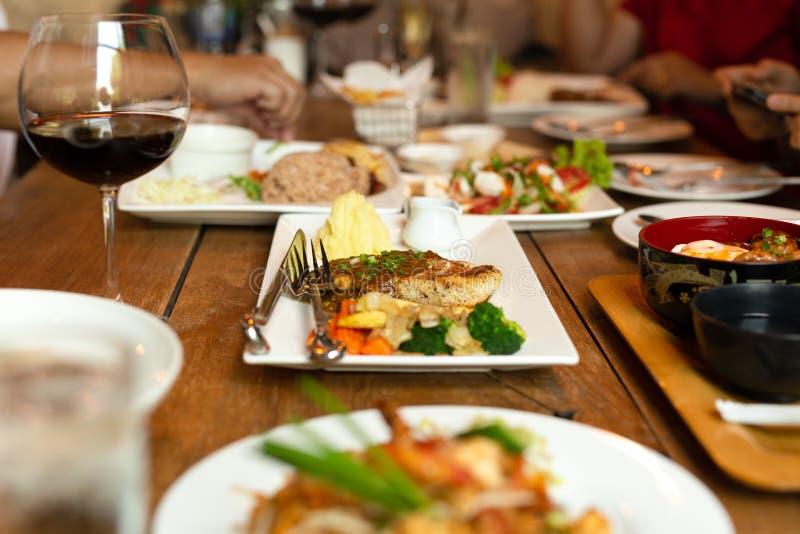 烤鸡内圆角用在桌品种食物的土豆泥 免版税库存图片