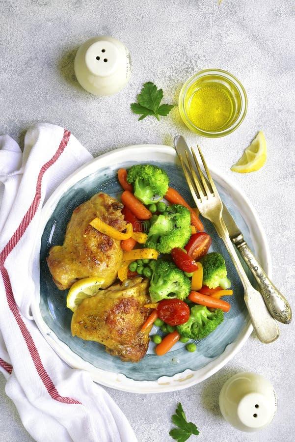 烤鸡大腿装饰与菜 顶视图 免版税库存图片