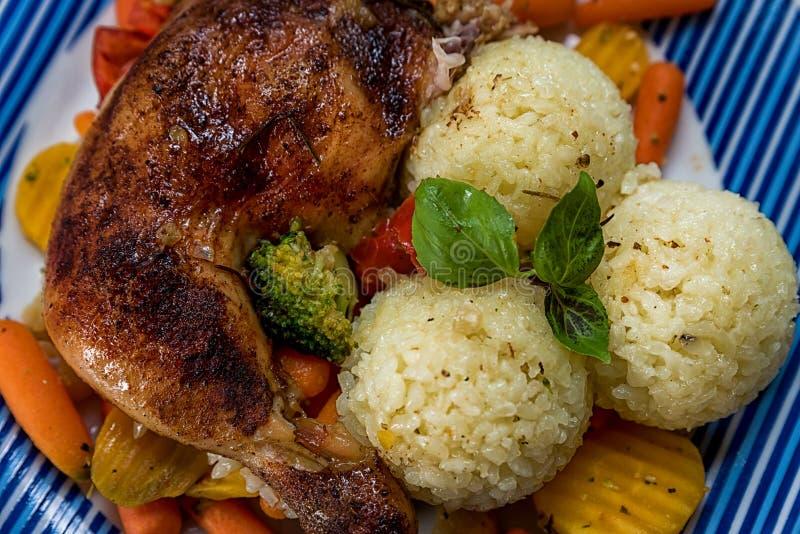 烤鸡大腿,菜作为补充,与蓬蒿的鲜美成熟米 库存照片