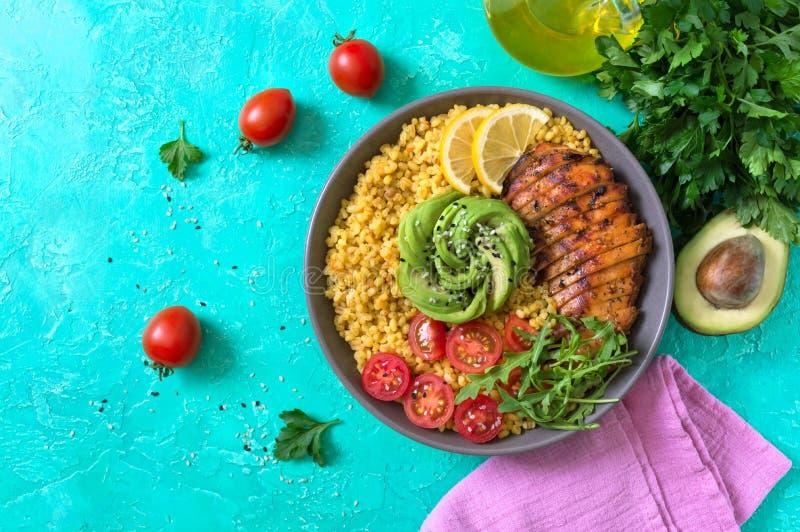 烤鸡片,新鲜蔬菜,鳄梨,蔬菜 节食午餐 健康食品 顶视图 免版税库存图片