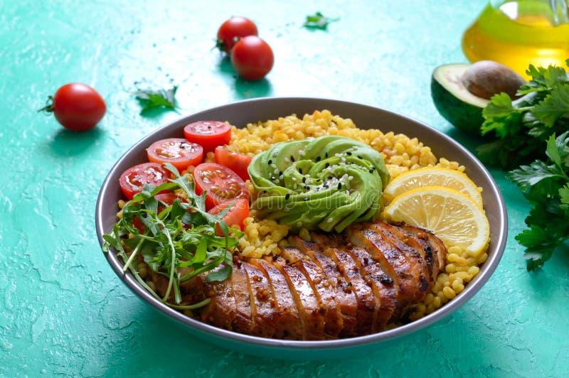 烤鸡片,新鲜蔬菜,鳄梨,蔬菜 节食午餐 健康食品 库存图片
