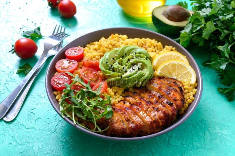 烤鸡片,新鲜蔬菜,鳄梨,蔬菜 节食午餐 健康食品 免版税库存照片