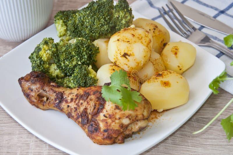 烤鸡用土豆和硬花甘蓝 图库摄影