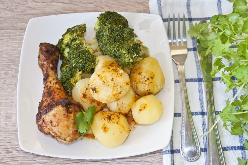 烤鸡用土豆和硬花甘蓝 免版税库存照片