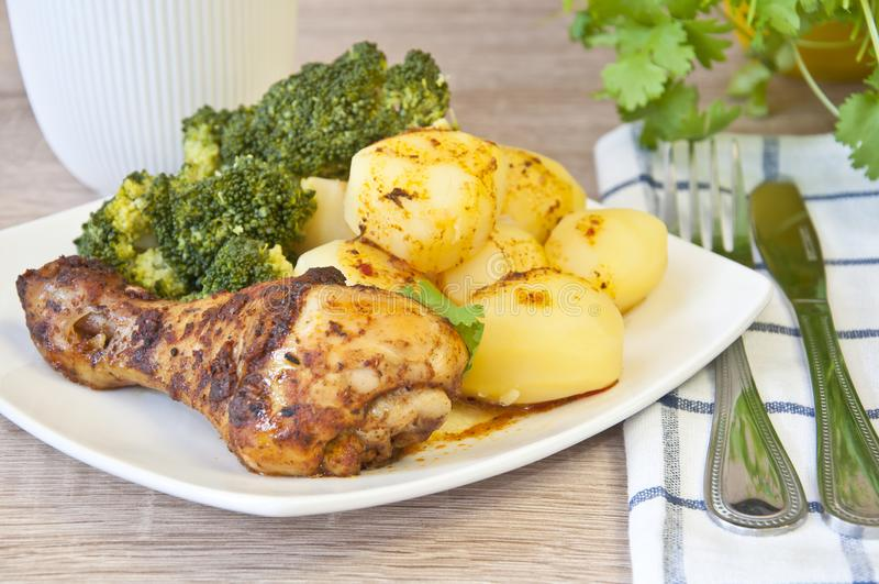 烤鸡用土豆和硬花甘蓝 免版税库存图片